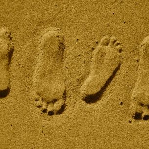 footprints-21177_640
